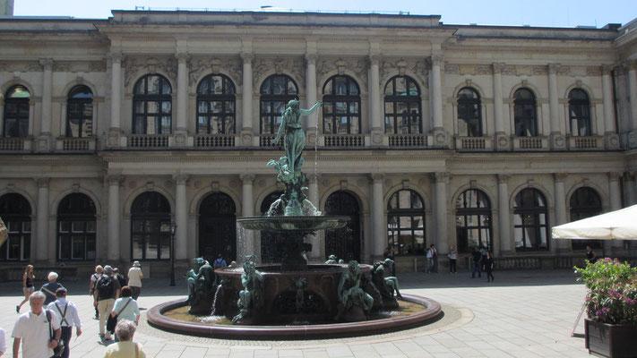 Dienstag: Innenhof des Hamburger Rathauses mit dem Hygieia Brunnen.