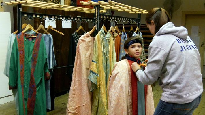 Zweiter Tag: Gewänder ankleiden