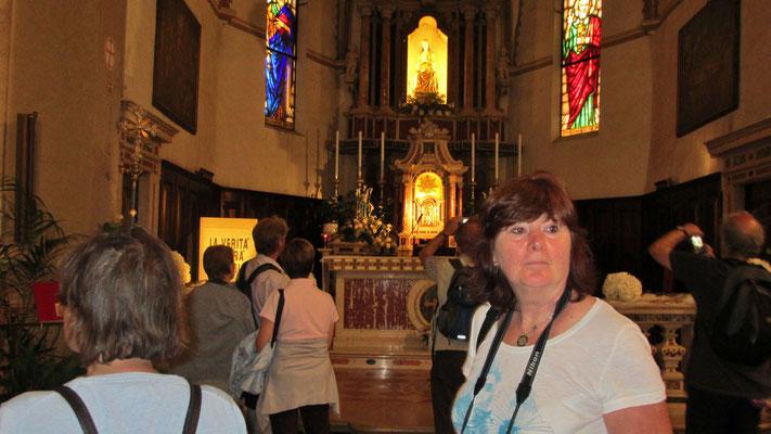 Montag: Besuch der Kirche in der Altstadt von Sirmione am Gardasee