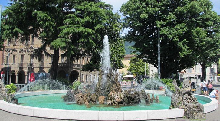 Mittwoch: Springbrunnen am Piazza Manzoni in Lugano am Lugano See