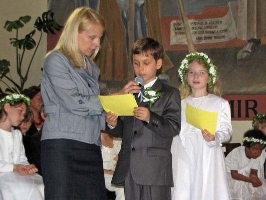 Zum Schluss lesen zwei Erstkommunionkinder das Dankgebet.