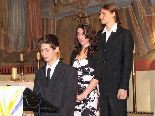 Drei Jugendliche lesen die Bußgedanken am Beginn der Messe.