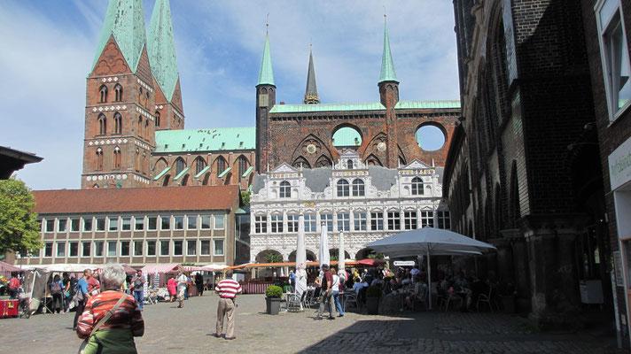 Dienstag: Rathausplatz in Lübeck.