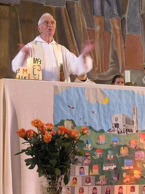 Pfarrer Marcel Lootens begrüßt alle Kinder und Verwandten, die zu diesem großen Fest gekommen sind.