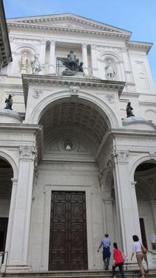 Montag: Eingang zur Kathedrale in Bergamo
