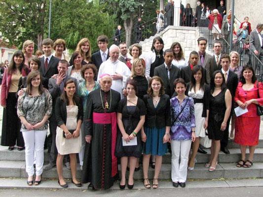 Ein komplettes Gruppenfoto vor der Kirche mit allen Firmlingen und Paten, den Firmbegleitern, Pfarrer Lootens und Bischof Krätzl.