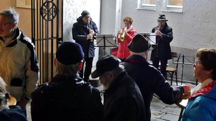 Zweiter Adventsamstag, adventliche Volksmusik mit Horn, Trompete und Klarinette.