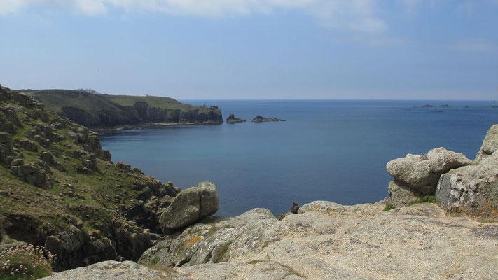 Montag: Küstenwanderung in Land's End - wunderschöner Ausblick auf das Meer von den Felsklippen (1 von 3).