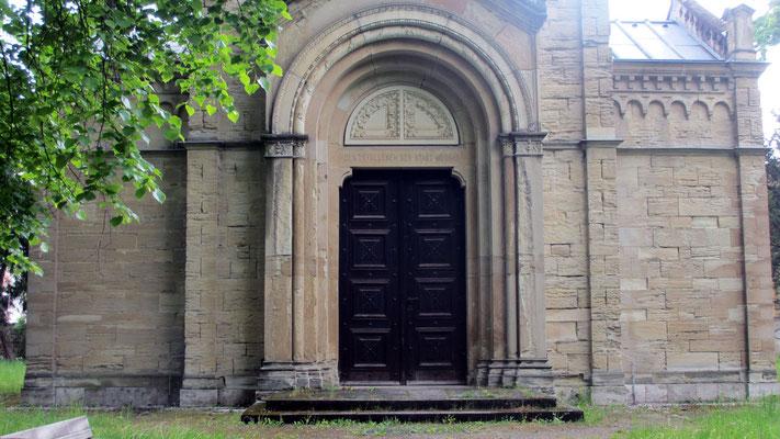 Dienstag: Gedenkgruft für die Gefallenen auf dem historischen Friedhof von Weimar