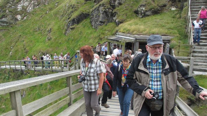 Dienstag: Steiler Aufstieg zu der Burgruine von Tintagel (1 von 2).