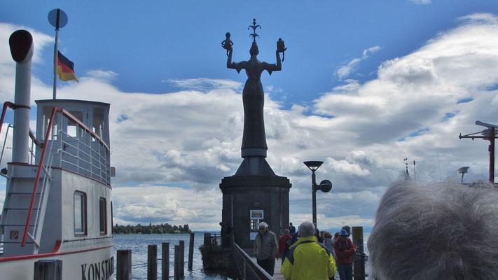 Freitag: Die Imperia Statue im Hafen von Konstanz zeigt eine Kurtisane mit Papst und Kaiser in ihren Händen.