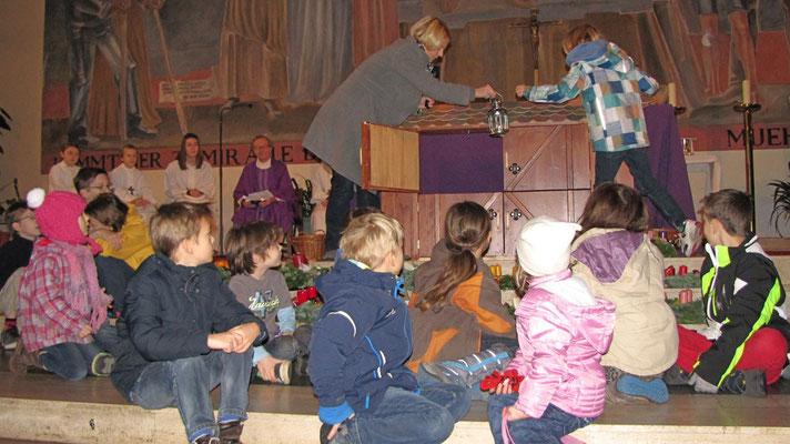 Erster Adventsonntag, die erste Laterne kommt ins erste Stallfenster.