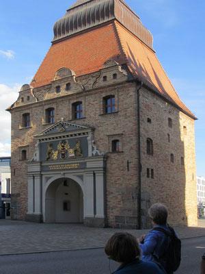 Sonntag: Das Steintor in Rostock war im Mittelalter Hauptzugang in die befestigte Stadt.