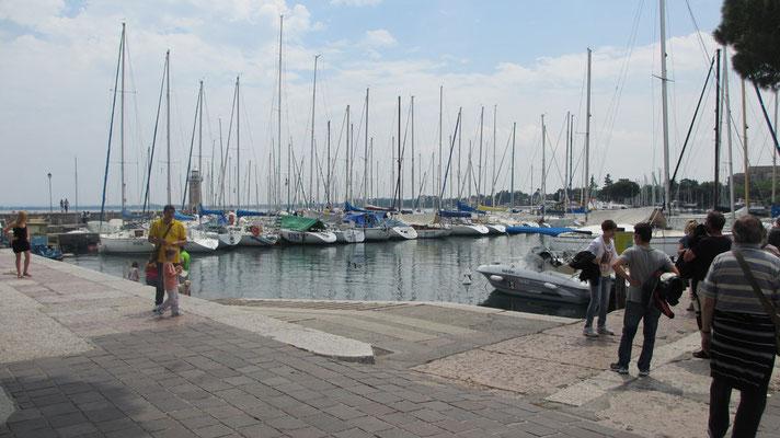 Sonntag: Yachthafen in Gardone Riviera