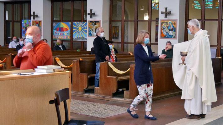 Sonntagsmesse: Handkommunion nur einzeln und mit Mundmaske