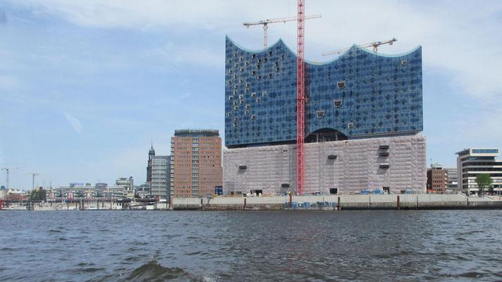 Dienstag: Der Hafen von Hamburg mit seiner Vielfalt.