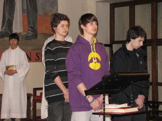 Am Beginn der Messe lesen drei Jugendliche die Bußgedanken.