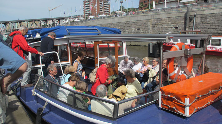 Dienstag: Barkassen-Rundfahrt durch den Hafen von Hamburg.