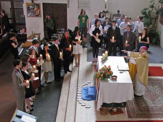 Danach versammeln sich die Firmlinge in einem Halbkreis um den Altar. Das Taufversprechen wird erneuert.