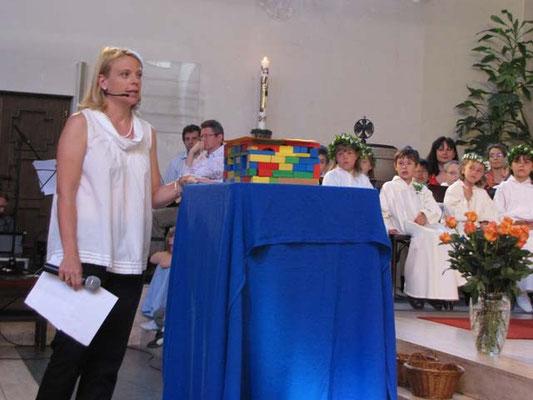 Martha Mikulka hat ein Haus aus Bauklötzen vor dem Altar aufgestellt. Es soll zeigen, dass es auf jeden ankommt.
