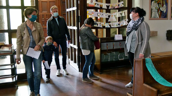 Sonntagsmesse: Ordnerdienst begrüßt Leute am Eingang