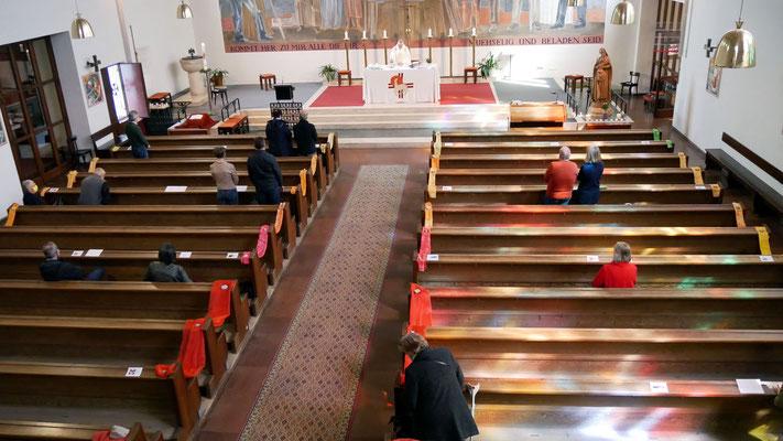 Sonntagsmesse: 28 Messbesucher in der Kirche