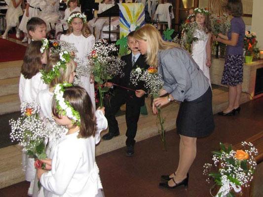 Die Tischmütter bekommen als Dankeschön eine Rose von den Kindern.