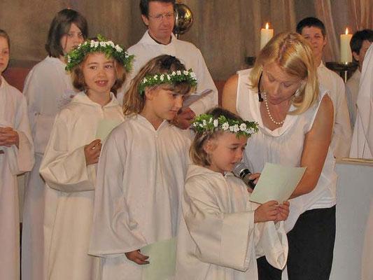 Erstkommunionkinder lesen die Bußgedanken  (Texte im Messverlauf).