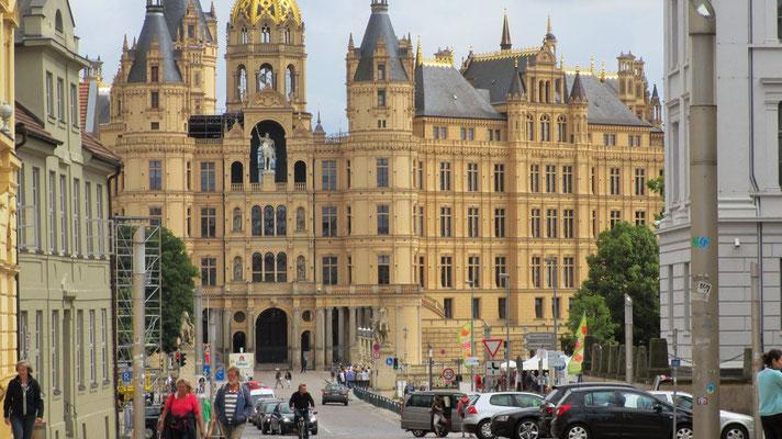Freitag: Das Schloss von Schwerin liegt im Stadtzentrum und ist heute Sitz des Landtages von Mecklenburg-Vorpommern.