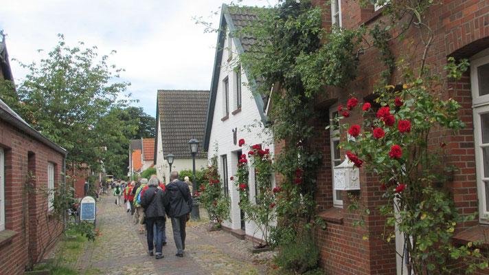 Mittwoch: Der Weg zum Friesenmuseum in Wyk führt durch zauberhafte Orte.