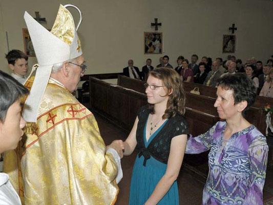 Bischof Krätzl findet auch persönliche Worte für jeden Jugendlichen.