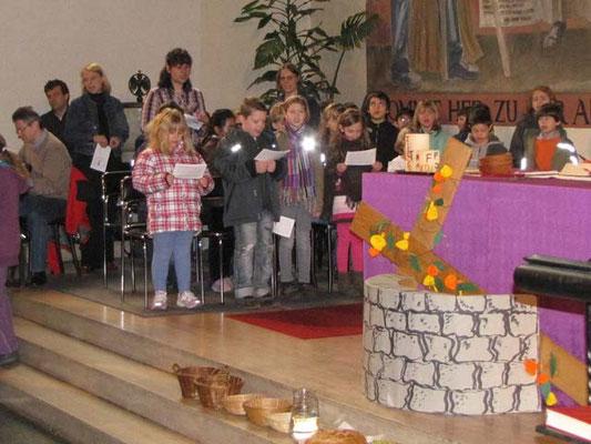 Vorstellung der Erstkommunionskinder 2011: Die Erstkommunionkinder saßen während der Vorstellmesse links vom Altar.