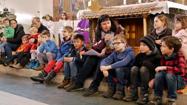"""Vierter Adventsonntag, Kinder hören die Geschichte von der """"Konferenz der Sterne"""""""