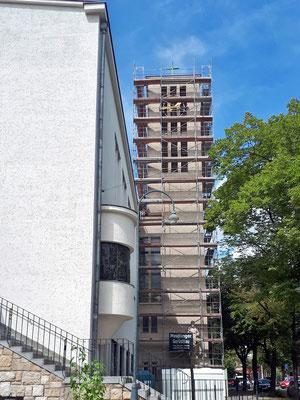 6.August: Gerüst am Kirchturm ist komplett aufgestellt.