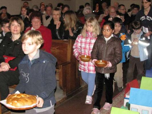 Vorstellung der Erstkommunionskinder 2011: Bei der Gabenbereitung brachten die Kinder als Symbole Brot, Weintrauben und Wasser zum Altar.