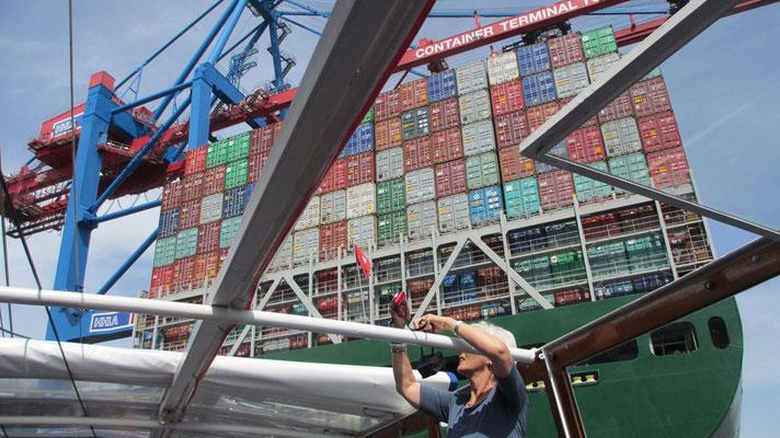 Dienstag: Im Hamburger Hafen werden riesengroße Container ver- und entladen.