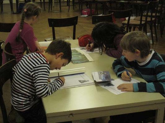 Erstkommunion Vorbereitung, 14.März 2011: Kinder halten zeichnerisch und schriftlich fest, was ihnen beim Lesen der Kinderbibeln am besten gefiel oder am wichtigsten schien.