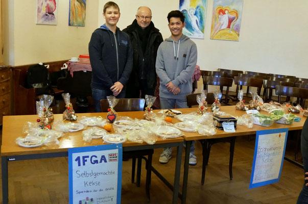 Zweiter Adventsonntag, SchülerInnen der Fachschule für Gastronomie verkaufen selbstgebackene Kekse.