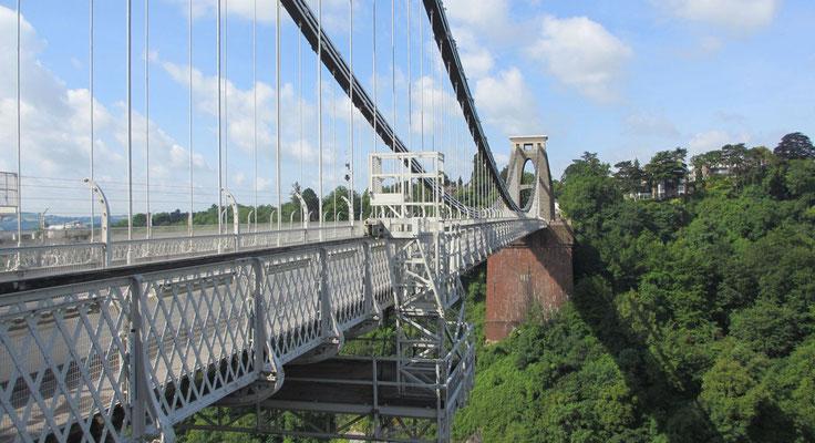 Sonntag: Fahrt über die Cliftion Suspension Bridge nach Bristol.