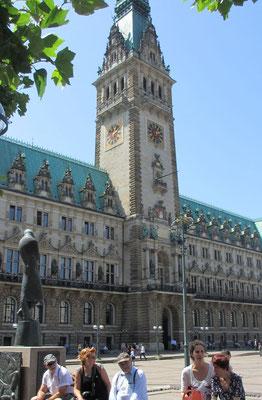 Dienstag: Spaziergang durch die Hamburger Altstadt. Foto zeigt das Rathaus.