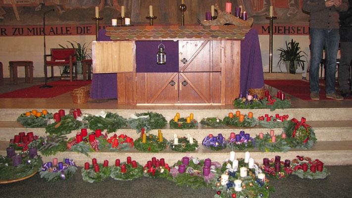 Erster Adventsonntag, die erste Laterne hängt im ersten Stallfenster