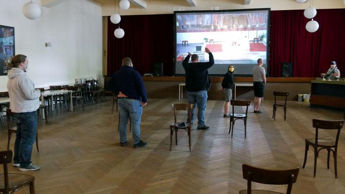 Sonntagsmesse: 7 Gläubige im Pfarrsaal bei der Videoübertragung