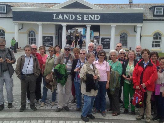 Montag: Gruppenfoto am Ende der Küstenwanderung vor dem Info Center von Land's End.