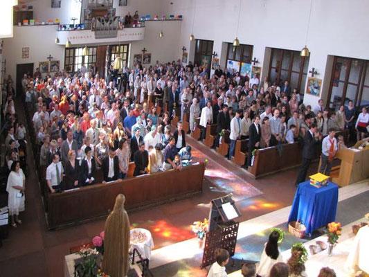 Die Kirche war bis auf den letzten Platz besetzt. Die Erstkommunion ist ein Fest für die Familien und für die Pfarrgemeinde.