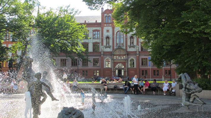 Sonntag: Rundgang durch die Altstadt von Rostock, Bild zeigt die Universität mit Brunnen.