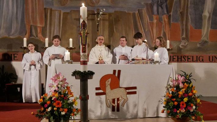 Auferstehungsfeier am Ostersonntag  um 5:00 Früh, Altar mit Osterkerze