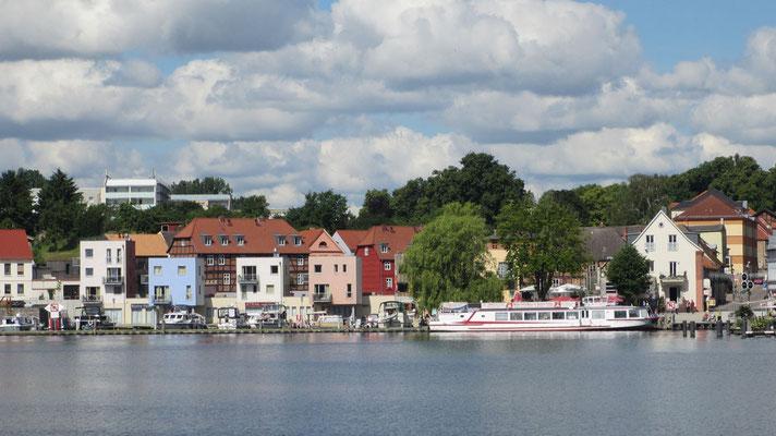 Sonntag: Am Seeufer gibt es viele schöne Häuser mit Booten.