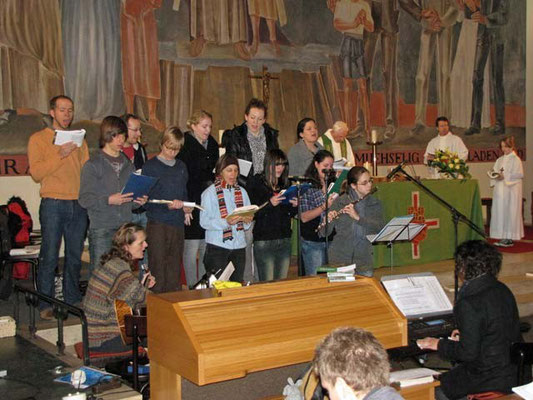 Der Jugendchor unter der Leitung von Veronika Wirth sorgt für eine tolle musikalische Stimmung.
