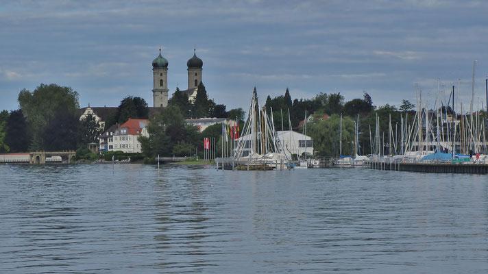 Samstag: Friedrichshafen mit Blick auf den Yachthafen und evangelische Pfarrkirche.