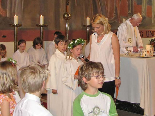 Zum Schluss lesen zwei Erstkommunionkinder das Dankgebet (Text im Messverlauf).